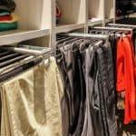 מתלים מיוחדים לתליית בגדים בחדרי הארונות של Kloss