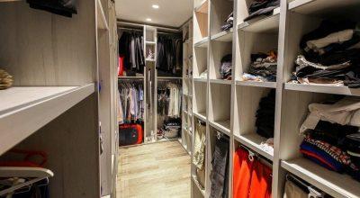 תאים מעוצבים לאחסון בגדים בחדר ארונות