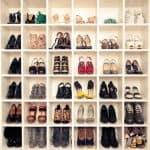 תאים מעוצבים לאחסון נעליים בחדר ארונות