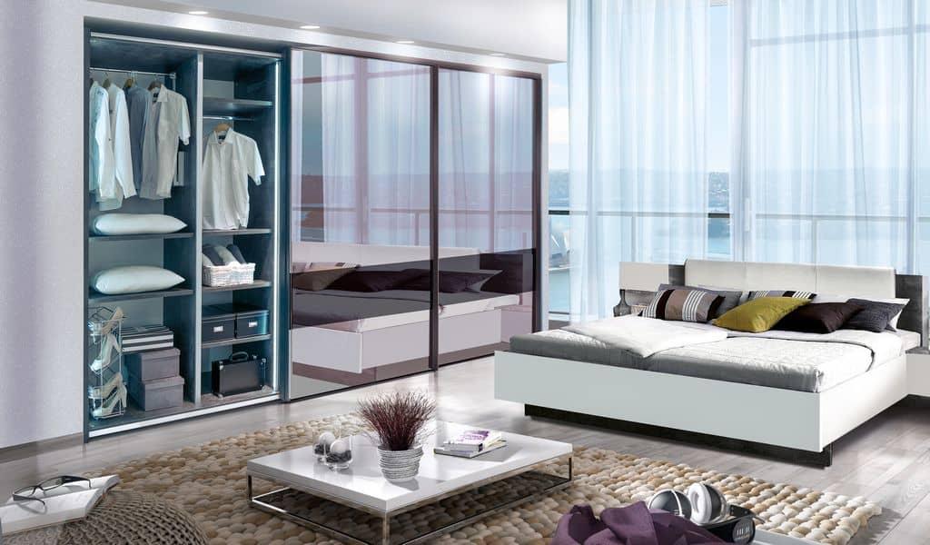 ארון הזזה דגם Glossy Decor 3 בעל 3 דלתות מראה - דלת אחת פתוחה