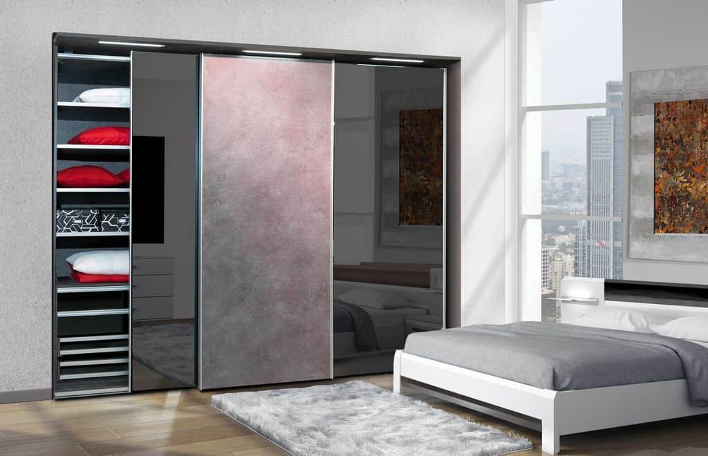 ארון הזזה דגם Glidor X בעל 3 דלתות בעיצוב כהה עם שילוב צבעים מיוחד