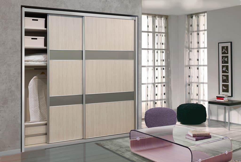 ארון הזזה דגם Wood Style עם 2 דלתות בעל עיצוב בהיר - דלתות פתוחות