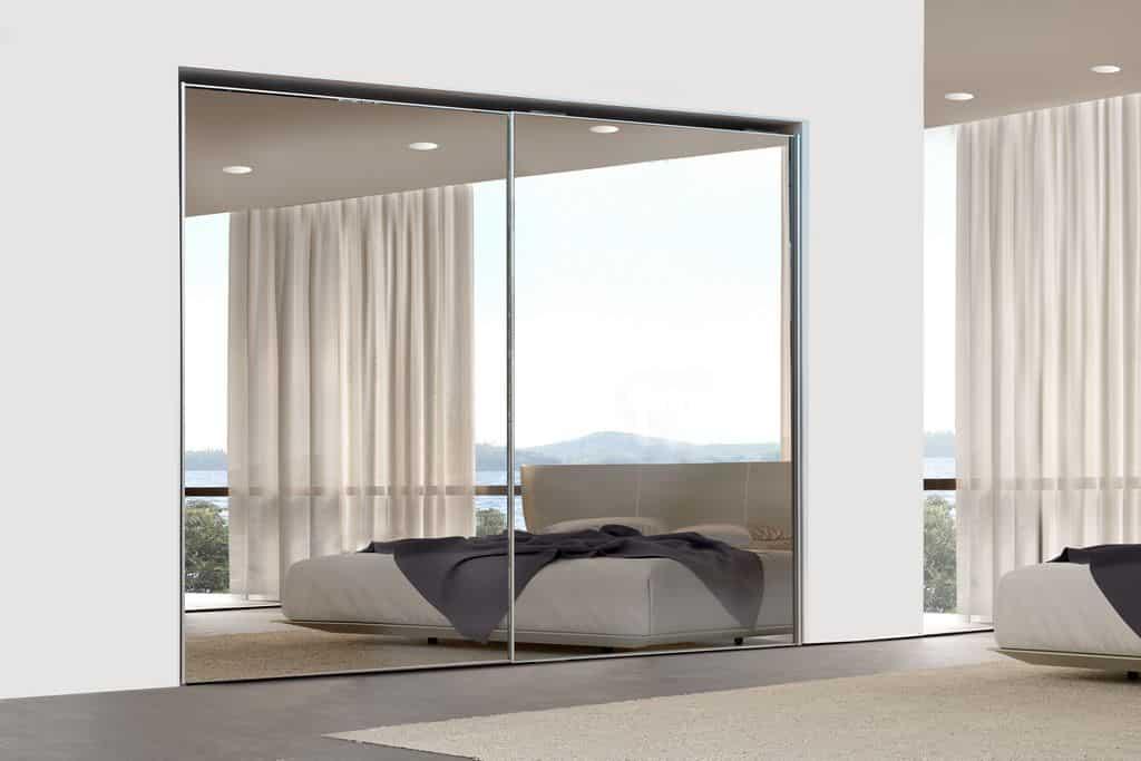 ארון הזזה דגם Glossy Decor בעל 2 דלתות עם מראה משולבת על כל גובה הארון