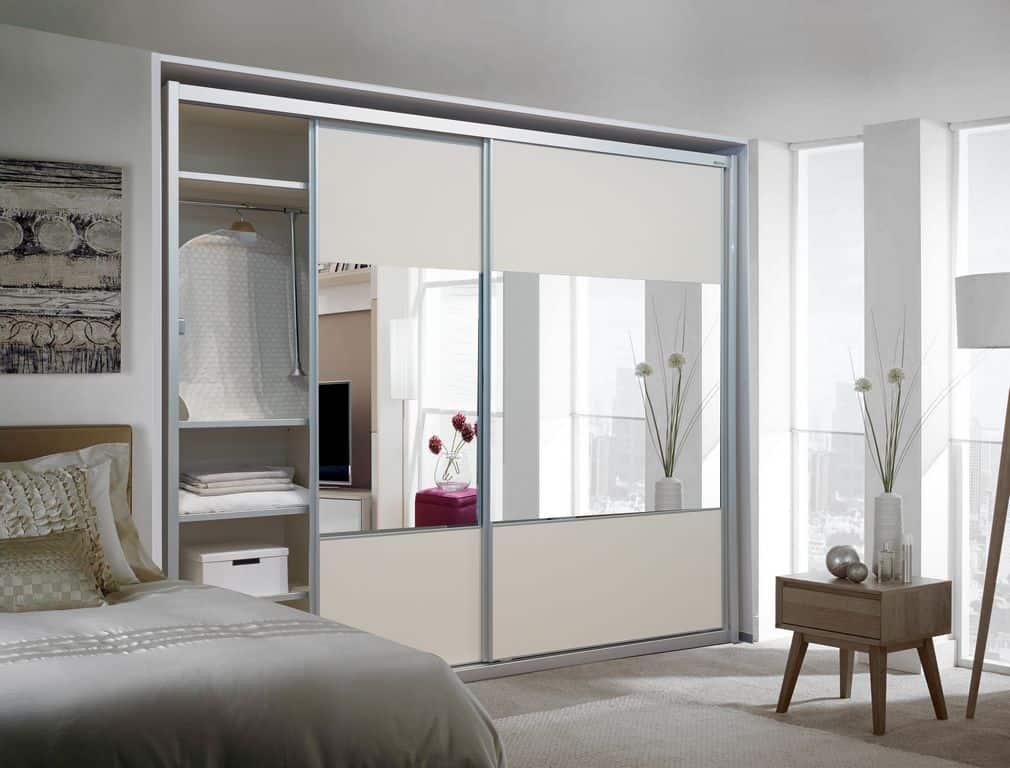ארון הזזה דגם Glossy Decor בעל 2 דלתות עם מראה משולבת בעיצוב בהיר - דלתות פתוחות