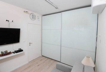 האוסף הלבן של ארונות הזזה 2 דלתות